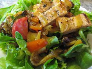 salát s grilovanou zeleninou a masem