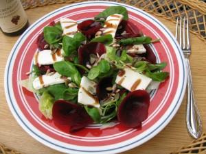 Salát s červenou řepou a kozím sýrem